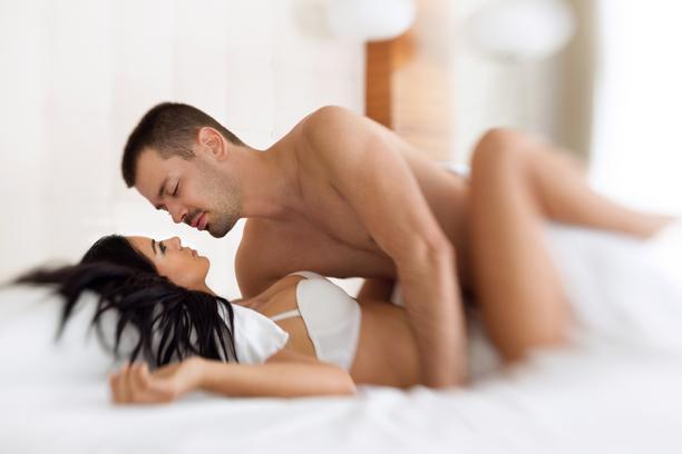 Donner du plaisir au lit à une femme