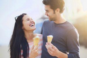 Comment savoir si elle m'aime : les signes qui permettent de révéler ses sentiments
